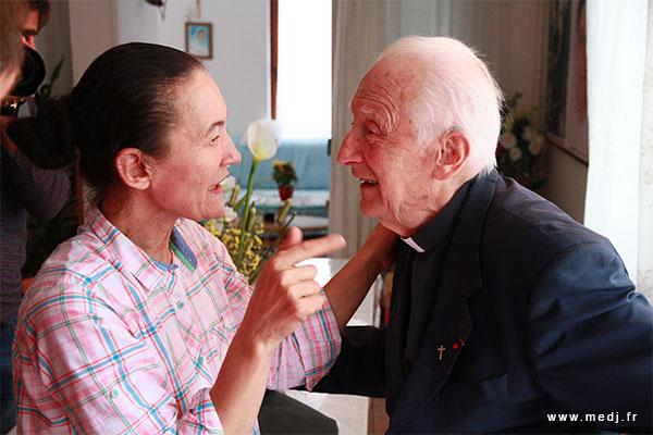 Le Père Laurentin avec la voyante Vicka